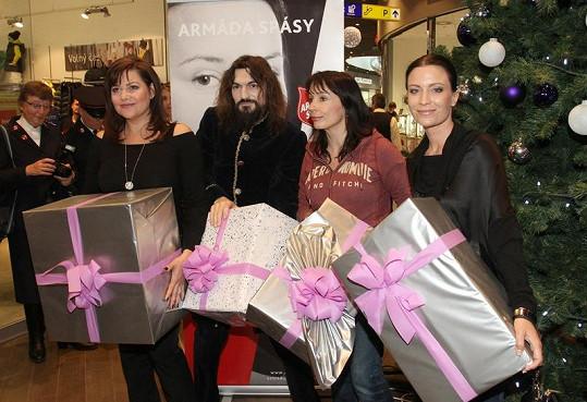 Celebrity přinesly do OC Šestka dárky pro opuštěné děti.