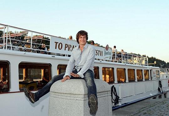 Martin Kraus před lodí, kde večírek proběhl.