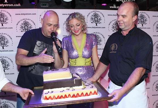 Od svého šéfa Petra Šišky dostala mj. narozeninový dort.