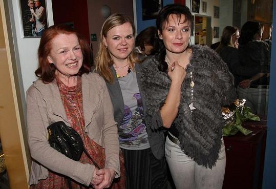 Iva Janžurová, Sabina Remundová a Bára Munzarová po představení.