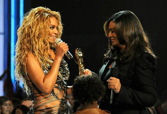 Ocenění Umělec roku na Billboard Music Awards si zpěvačka převzala z rukou své maminky Tiny Knowles.