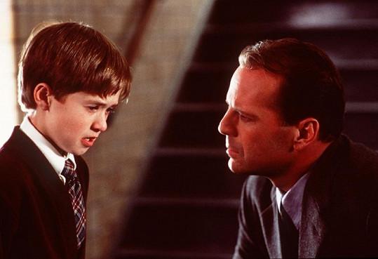 Haley Joel Osment s Brucem Willisem v dramatu Šestý smysl.