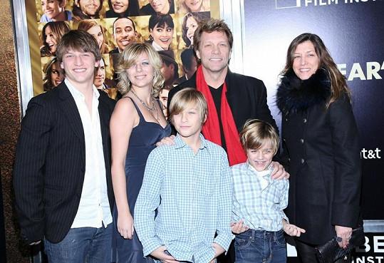 Jon Bon Jovi s rodinou. Stephanie druhá zleva.