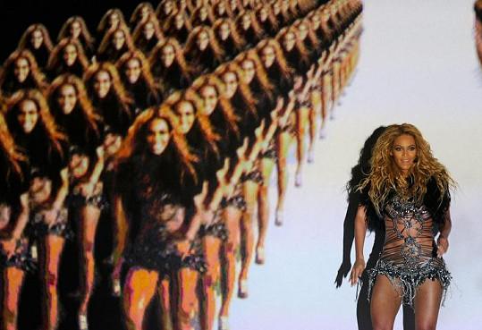 """Super štíhlá Beyoncé tančila v doprovodu mnoha svých """"dvojnic"""" díky video projekci na pódiu."""