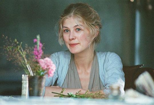 Rosamund Pike jako Jane ve filmu Pýcha a předsudek.