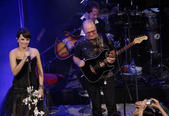 Marta Jandová si zazpívala s otcem Petrem Jandou.