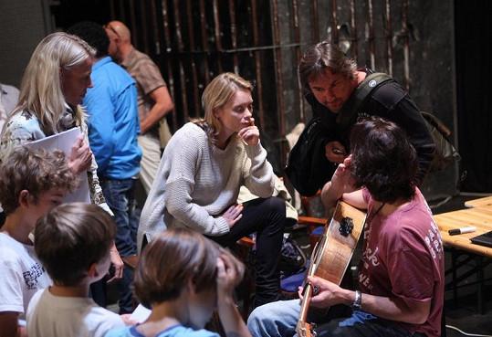 Linda Rybová a Martin Trnavský poslouchali svorně kytaru Janka Ledeckého.