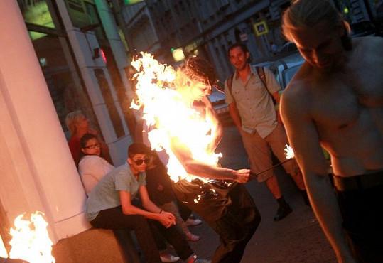 Ohnivá show na vernisáži Sáry Saudkové. Muž se musel svléknout, aby unikl před plameny.