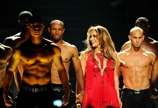Jennifer Lopez v obležení krásných mužů.