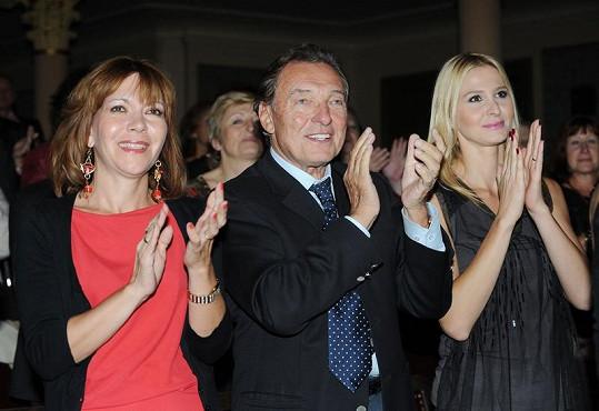 Karel Gott s manželkou Ivanou a Míšou Dolinovou tleskali ve stoje.