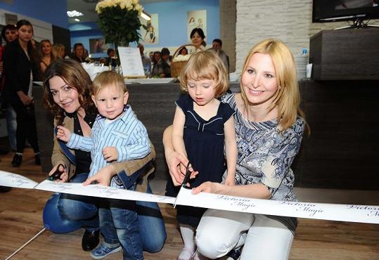 Ilona Csáková s kamarádkou Ivanou Gottovou a dětmi na otevření butiku Victoria Magic.