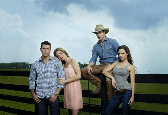 Jesse Metcalfe není jediným hezounkem v novém Dallasu. Jeho choť hraje Julie Gonzalo. Druhou mladou partnerskou dvojici tvoří Josh Hendereson (JR junior) a kráska Jordana Brewster.