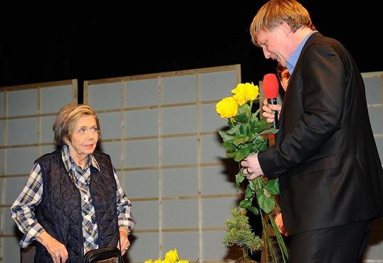 Jiřina Jirásková ve čtvrtek v pražském Divadle Bez Zábradlí oslavila osmdesáté narozeniny. Na snímku s Michalem Dlouhým, který zastoupil zesnulého bratra Vladimíra Dlouhého.