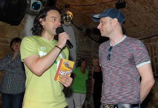 Zpívající spisovatel Richard Sacher s Jarkem Šimkem.