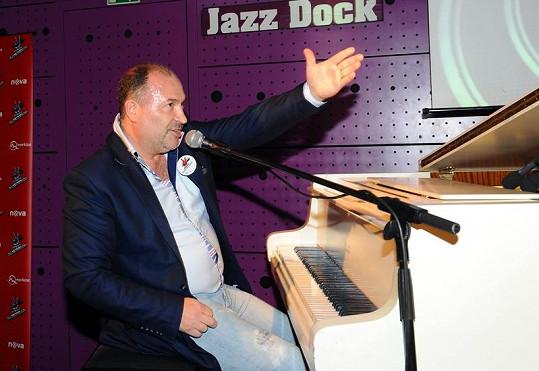Michal David potřebuje zdravé ruce kvůli hraní na klavír.