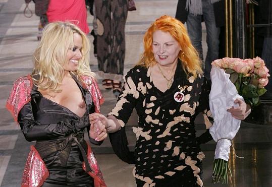 Přehlídka Vivienne Westwood z roku 2009 v Paříži, kde Pamele Anderson vyklouzlo z šatů ňadro.