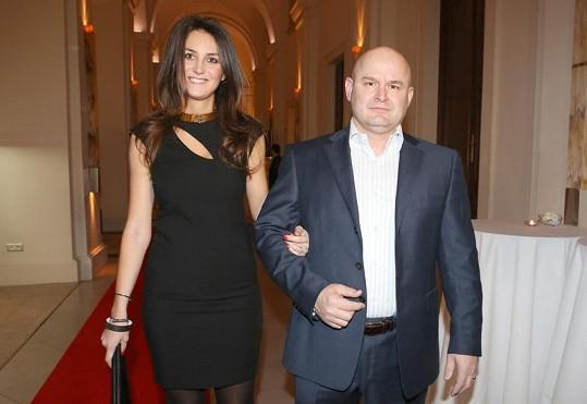 Alenu doprovodili do hotelu Mandarin Oriental její přátelé Pavla Vrbová s manželem.