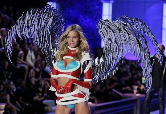 Erin Heatherton jako andílek na módní přehlídce.