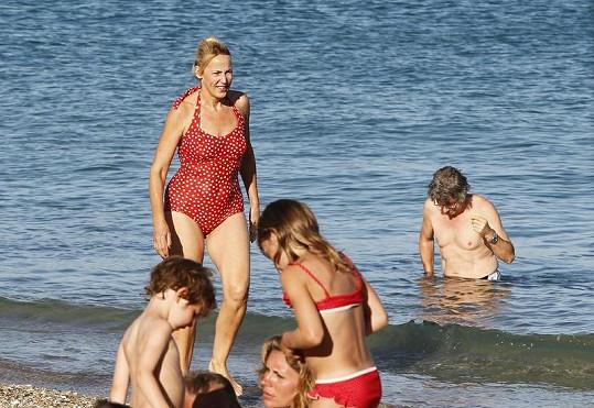 Pětapadesátiletá Jerry Hall na pláži v Saint Tropez.
