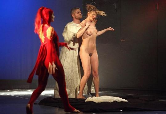 Striptérku čekají během představení sadistické hrátky.