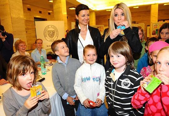 Elen Valentová a Karla Mráčková se svými i půjčenými dětmi