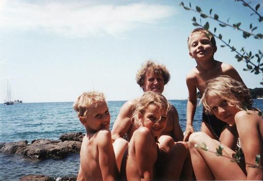 Viktor Sodoma se svými vnoučaty.
