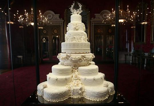 Součástí výstavy je i svatební dort.