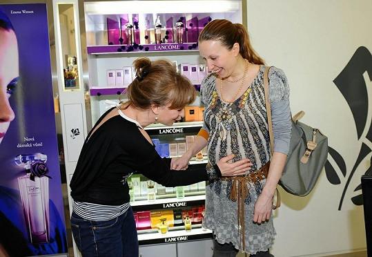 Tereze osahávala bříško kolegyně Sandra Pogodová.