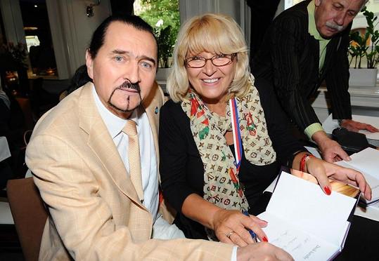 Doktor Albert Ignatěnko s kartářkou Zdenou Weinrichovou.