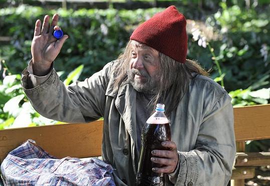 Arnošt Goldflam jako bezdomovec. Zahraje si v povídkovém cyklu Okno do hřbitova.