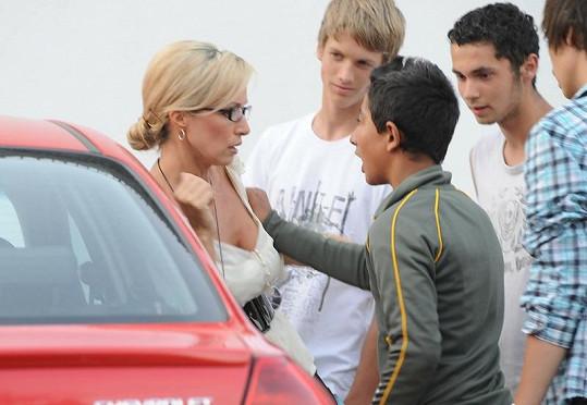 Kateřina Brožová se skupinkou násilníků.