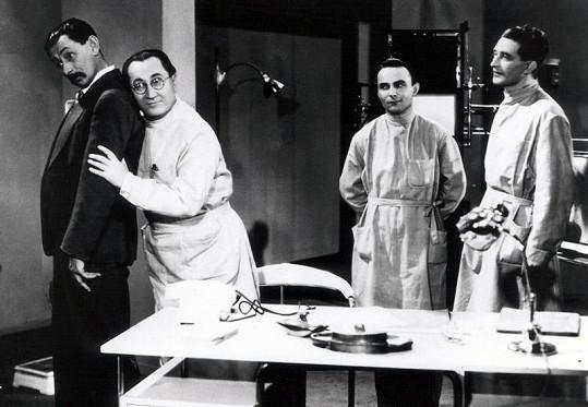 Díky Vlastovi Burianovi se ochotník Marvan dostal do první herecké ligy. Nahrával mu nejdřív v divadle a pak v řadě nesmrtelných filmů. tady jsou ve filmu U pokladny stál (1939).