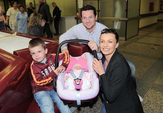 Alice Bendová s manželem Vaškem, synem Vašíkem a tehdy čerstvě narozenou Aličkou.