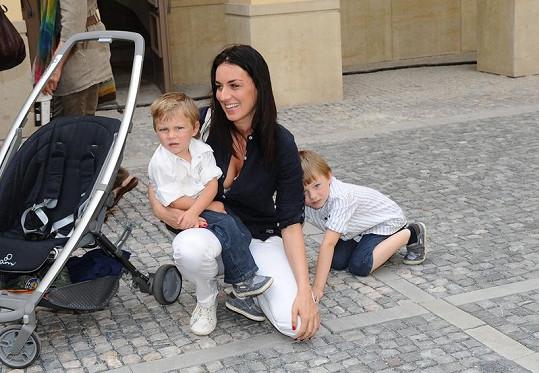 Lucie Králová se syny Robertem a Richardem.