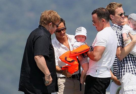 Sedmiměsíční Zachary se svými tatínky. Vpravo herec Neil Patrick Harris.