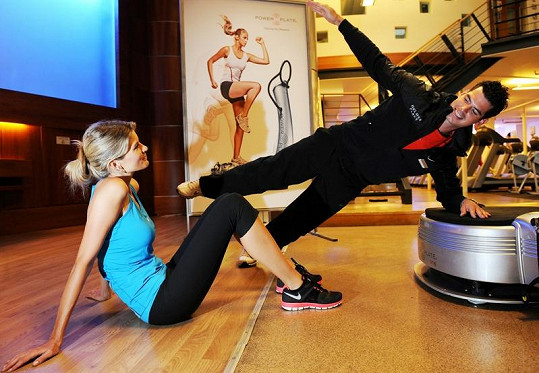 Modelka cvičí pod dohledem trenéra.