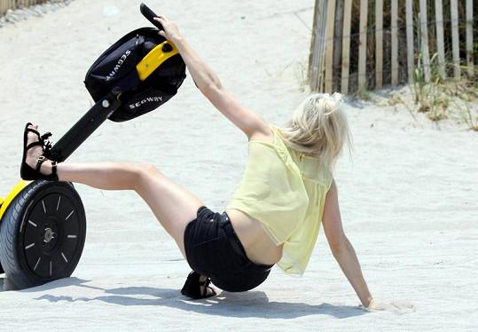 Pád Ellie Goulding vypadal opravdu nebezpečně.