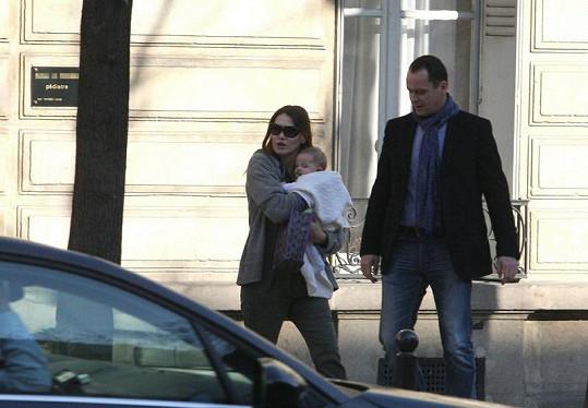 Carla Bruni navštívila s dcerkou dětského lékaře.