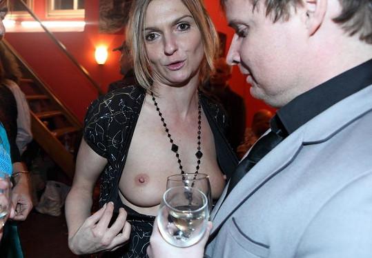 Striptérka ukazovala ňadra i po představení.
