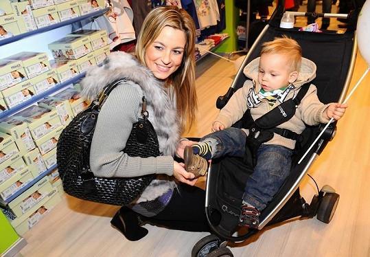 Monika Marešová se synem Matějem na otevření obchodu s dětským oblečením