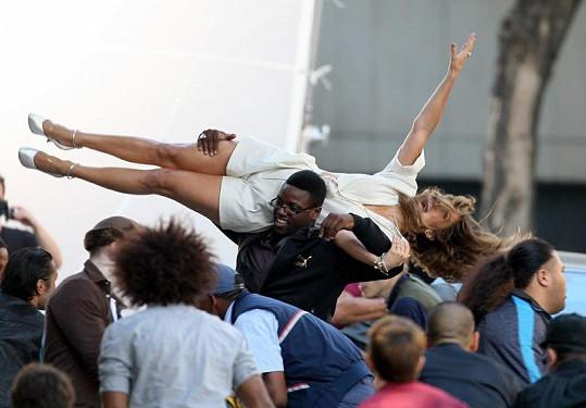 Jaké to asi je, nosit na rukou Jennifer Lopez?