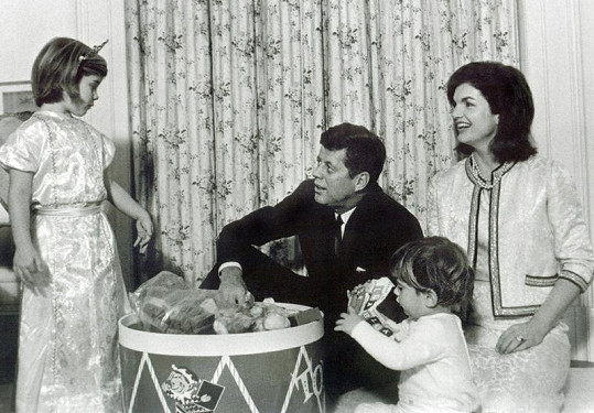 Rodinná pohoda v Bílém domě. John s rodiči a sestrou.