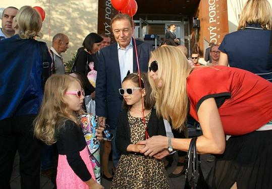 Gottovy holčičky měly první školní den slušivé sluneční brýle.