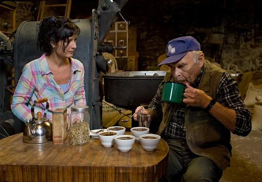 Luděk Munzar a Simona Chytrová ochutnávají kávu.