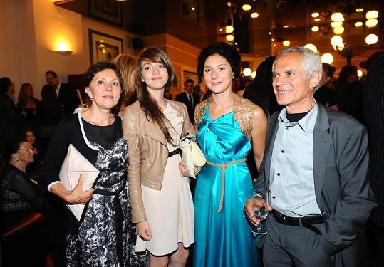 Martha Issová s rodinou.