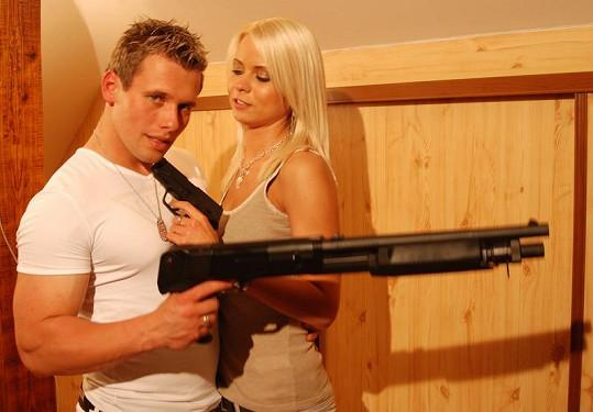 Dvojice, která v Kociánově klipu Pravda hraje dvojici lupičů vykrádajících německé banky.
