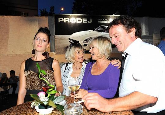 Jana Švandová se sestrou Jitkou a Pavlem Trávníčkem s manželkou na párty.