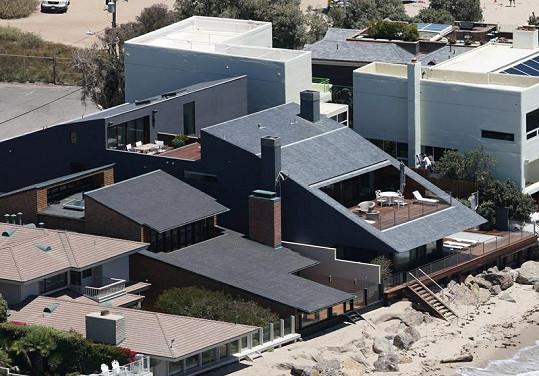 Architektonicky zajímavá vila s terasou přímo na pobřeží.