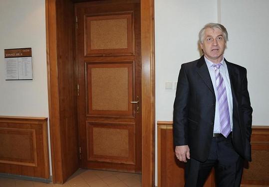 Josef Rychtář odchází viditelně rozrušen ze síně.