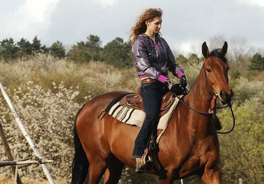 Pepina jezdí jako profesionální koňařka.